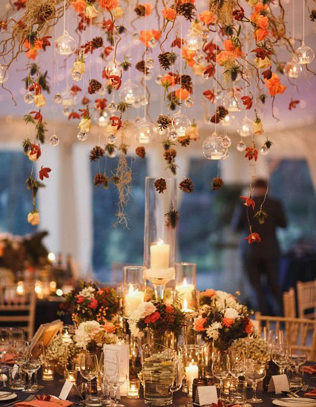 mesa decorada con flores otoñales